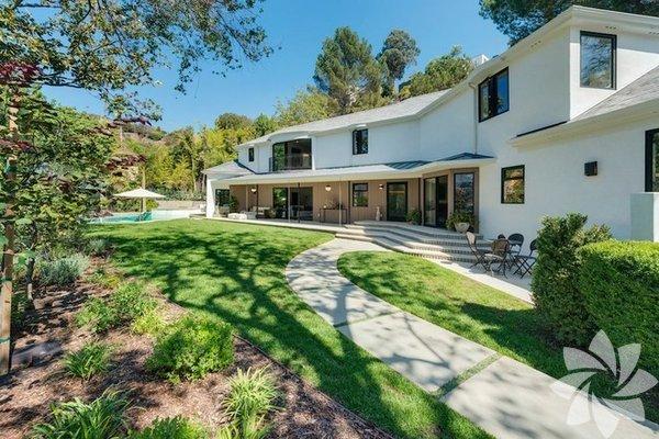 Scarlett Johansson, eşi Rose Dorothy Dauriac ve kızı Rose Dorothy Dauriac ile Los Angeles'ta yaşadığı evi...  Scarlett Johansson ve eşi Romain Dauriac'ın evi