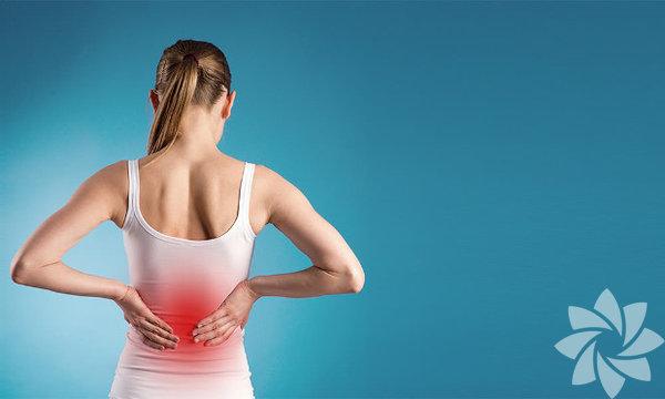 """Doktorlar, sırt ağrısı yaşayan yetişkinlerin büyükbölümüne ağrı kesici parasetamol ilaçlar veriyor. Ancak dünyada yapılan 13 farklı araştırma, parasetamol ilaçların çoğunlukla """"plasebo"""" etkisi yarattığını, yani kimyasal olmayan şeker drajelerinden daha fazla etki yaratmadığını ortaya koyuyor. İşte sırt ağrısını ilaç kullanmadan yok etmenin yolları:"""