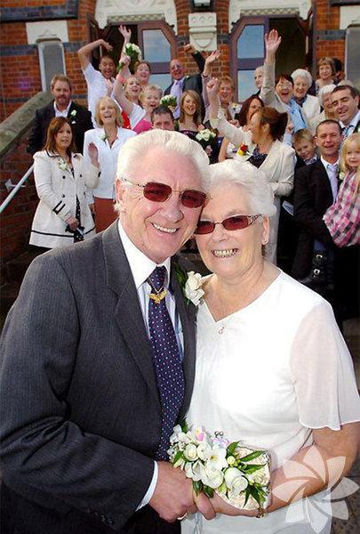 Nişanlandıktan 53 yıl sonra evlenen çift...