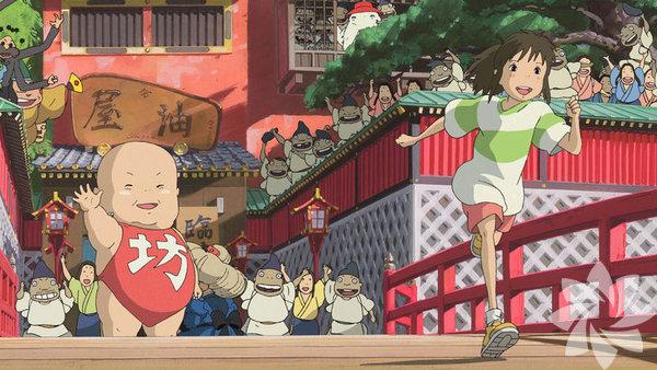 Ruhların Kaçışı 2001 (Sen to Chihiro no Kamikakushi)  Yönetmen: Hayao Miyazaki Sadece Ghibli Stüdyosu'nun değil, 2000'li yılların en iyi filmlerinden biri. Miyazaki bizi bu kez küçük Chihiro ile birlikte kötü ruhların yaşadığı bir şehre götürüyor. Açık büfedeki yemekler yüzünden domuza dönüşen annesiyle babasını kurtarmak isteyen Chihiro, ruhların arınmaya geldiği hamamda çalışmaya başlıyor. Miyazaki'nin üstüne kitaplar yazılan ve sayısız analize konu olan fantastik filmi, bir büyüme hikâyesi üzerinden çağdaş Japon toplumunun eleştirisini yapıyor.