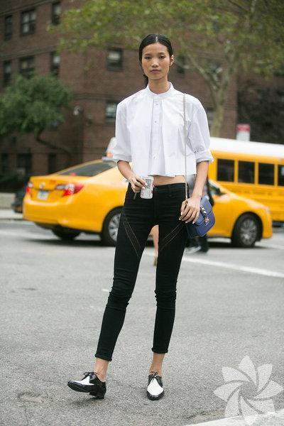 En sevilen parçalardan biri olan skinny jean'leri giyme kuralları... Bacaklarınız çok uzunsa bunu bir avantaj olarak kullanabileceğiniz yegane parçalardan birisi skinny jeanler. Bacakları saran skinny bir jean ve üzerine bu senenin modası krop top geçirin. Bilekleri açıkta bırakacak ayakkabılar dar pantolonların vazgeçlimezi.
