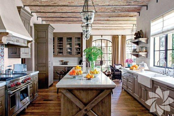 Gisele Bündchen Brezilyalı topmodel Gisele Bündchen'in eşi Tom Brady ile yaşadıkları ekolojik evi, 20 milyon dolar değerinde. Eşyalarının yüzde 90'ı antika ve geri dönüşümlü olan evde 8 yatak odası, 6 garajı, yüzme havuzu ve SPA var. Bej tonlarının hâkim olduğu evin çatısında bir de güneş paneli bulunuyor. Bol miktarda bitkinin yer aldığı bu rüya evin tadilatının 5 yıl sürdüğü konuşuluyor.