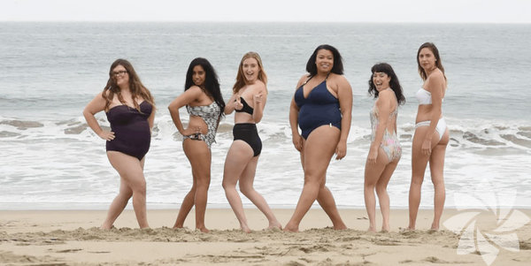 6 kadın Malibu sahilinde Victoria's Secret mankenlerinin katolog çekimlerinde giydiği mayolardan alıyor ve işe koyuluyorlar. Kendi güzelliğimizi keşfetmek ve bunu sevmek adına yapılmış en güzel işlerden birisi. Güzellik sektörünün empoze ettiği anlayışı yıkmaya ve toplumlu bilinçlendirmeye yönelik yapılan bu çalışmayı takdir ediyoruz. Bu harika kadınları kucaklıyor, tebrik ediyoruz.  Öğretilmiş güzellik anlayışının ötesinde bir duruşla 6 cesaretli kadın!