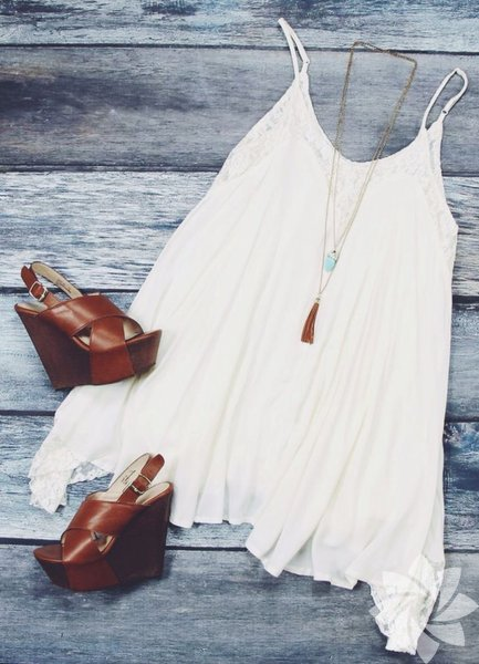 Beyaz elbise altına nasıl ayakkabı giyilir?  Beyaz elbisenin altına kahverengi sandaletler en çok yakışan ayakkabılar arasında. Dolgu topuklar bunlardan birisi...