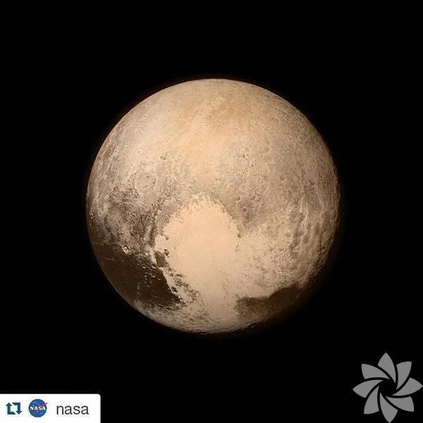 """Nasa'nın 2006 yılında yola çıkardığı """"New Horizons"""" (Yeni Ufuklar) adlı uzay aracı, 9 yıllık yolculuğun sonunda güneş sistemimizdeki en küçük gezegen olan Plüton'a ulaştı. Gökyüzü meraklılarının heyecanla beklediği ilk fotoğraflar bugün internette dolaşmaya başladı bile. Görüntülerden en dikkat çekeni, gezegenin üzerinde gözüken dev kalp şekli oldu. NASA'nın Instagram hesabından paylaşılan fotoğraf, heyecanlı dünyalıların yüzünü güldürdü!"""