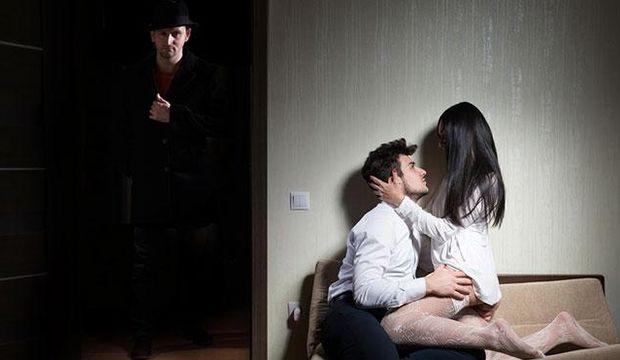 Karşı komşum kocasını aldatıyor