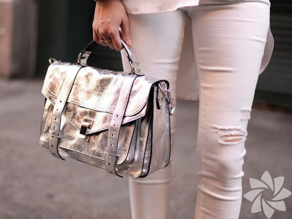 Bu sezonunfavorilerinden olan metalik furya en fazla çantaları vurdu. Zaman makinesinden fırlamış gibi duran bu çantalar kış sezonuna renk katıyor.
