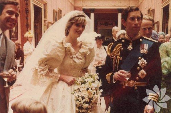 Lady Diana ve Prens Charles'ın 1981 yılındaki düğünlerinden özel kareler. Lady Diana ve Prens Charles'ın düğün töreninden daha önce görülmemiş fotoğraflar ortaya çıktı.