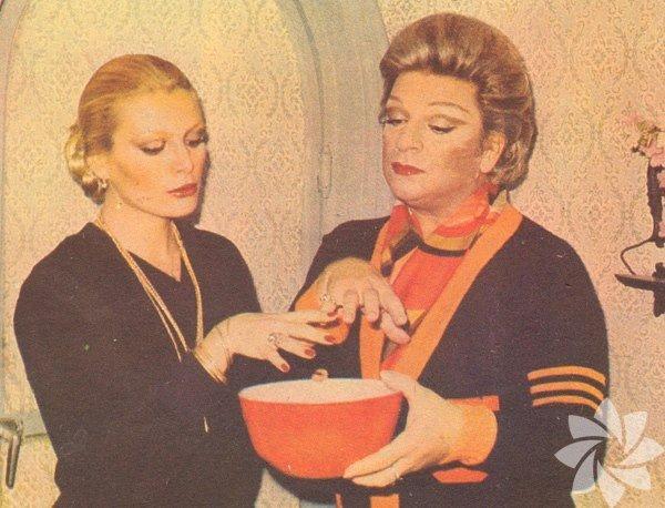 Ajda Pekkan ve Zeki Müren 1977 yılının falına bakıyorlar.