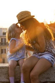 Çocuğunuzu dudaklarından öpmek 'fazla seksüel'
