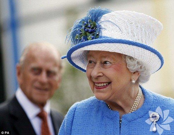 """Kraliçe II. Elizabeth, 9 Eylül 2015 itibarıyla İngiltere tarihinin en uzun süre tahta kalan monarkı. Hiçbir monark onunki kadar karmaşık, hızlı, """"modern"""" zamanlarda tahtta oturmamıştı. Ondan önce hiçbiri televizyonla """"uğraşmadı"""", sosyal medyaya maruz kalmadı. Hiçbiri, kraliyeti onun kadar sevimli kılmadı. Ve geçen 63 yıl 7 ay 5 günde II. Elizabeth'in İngiltere'si bambaşka bir dünyaya evrildi. Nasıl mı?"""