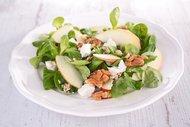 Tavuk, avokado ve ceviz salatası