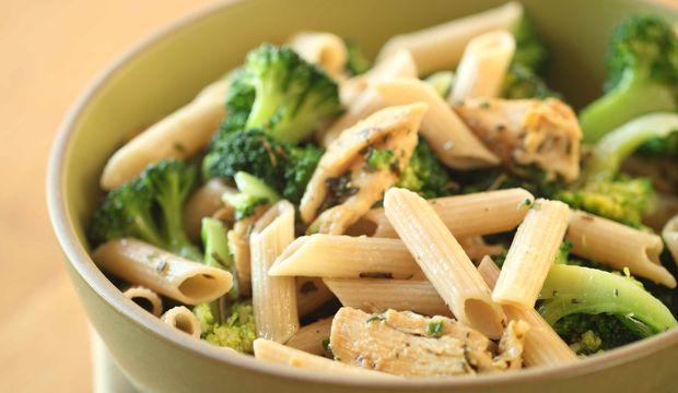Tavuklu brokolili peynirli penne makarna