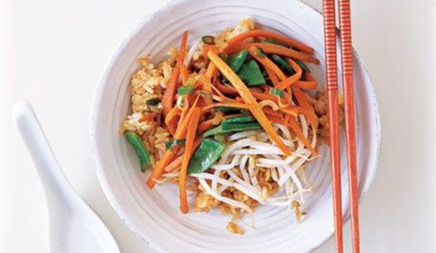 Kızarmış sebzeli pirinç