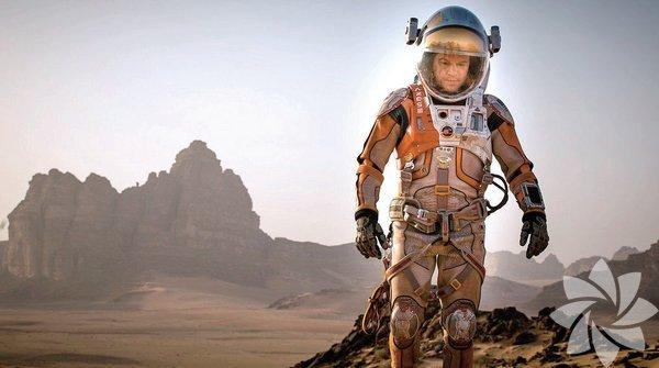 """Vizyon Kırmızı Gezegen'de bir Marslı Ridley Scott'ın yönetip Matt Damon, Jessica Chastain, Kate Mara ve Kristen Wiig'in rol aldığı Marslı, heyecanla beklediğimiz bir seyirlik. Mars'a gönderilen astronotlardan Mark Watney şiddetli bir fırtına sonrası öldü sanılarak ekibi tarafından terk edilir. Ancak Watney hayattadır ve kendisini Mars'ta yapayalnız bulur. Elindeki sınırlı olanaklarla, zekâsını ve dayanıklılığını kullanarak dünyaya yaşadığına dair bir sinyal gönderir. Bilim adamları """"Marslı""""nın eve dönmesi için uğraşırken, ekip arkadaşları da kurtarma operasyonunda yer alır."""