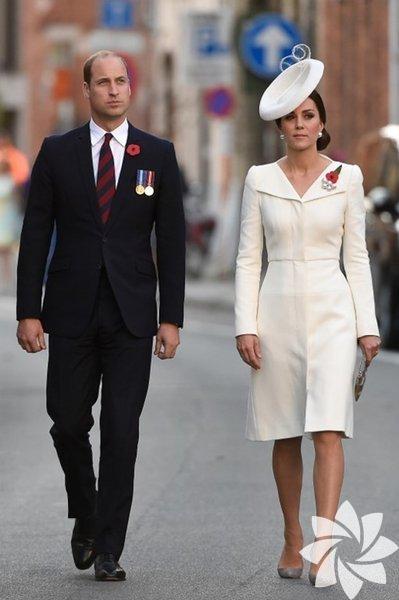 """Daha önce aynı elbiseyi defalarca giydiği için eleştirilen, bu alışkanlığı yüzünden """"Tutumlu Düşes"""" olarak adlandırılan Kate Middleton, katıldığı davette giydiği beyaz elbisesiyle göz kamaştırdı."""
