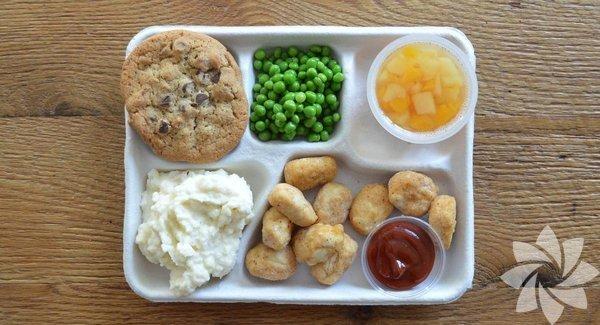 Amerika Kızarmış tavuk parçaları, yanında mutlaka ketçap-mayonez, patates püresi, sotelenmiş sebzeler, meyve salataları ve çikolatalı bisküviler bulunuyor. Okulların yüzde 30'unda fast food yiyeceklerin alınabileceği otomatlar yer alıyor.