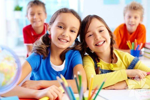 """Çocuğunuza """"Ee, bugün okul nasıldı?"""" diye sorduğunuzda """"İyiydi."""" gibi tek kelimelik yanıtlar alıyorsunuz, değil mi? Pek bir şey öğrenemiyorsunuz tabii ki. Günlerinin nasıl geçtiğini gerçekten öğrenmek istiyorsanız, işleri biraz kolaylaştırıp çocuğunuzun detayları anlatmasını sağlayacak cazip sorular yöneltin. İşte size çocuğunuzun okul hayatında neler olduğunu anlamanızda yardımcınız olacak 25 fikir..."""