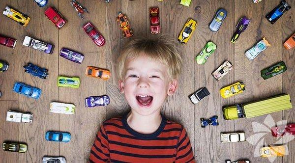 Oyuncaklar, çocukların hem kendileri hem de dünya hakkında bir şeyler öğrenmelerini sağlarlar. Ancak söz konusu çok fazla oyuncak olunca çocukların yaratıcılıkları kısıtlanıyor, dikkatleri dağılıyor hatta değer vermeyi öğrenemiyorlar. İşte size az sayıda oyuncağın çocuklara uzun vadede daha fazla yarar sağlamasının 12 sebebi...