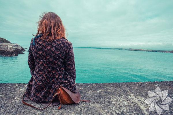 Hayatımız boyunca, aile ve arkadaşlarımızla o kadar fazla zaman geçiririz ki bazen kendimizi unutabiliriz. Halbuki yalnız zaman geçirmek de oldukça önemlidir. İşte arada bir de olsa dış dünyaya kapıyı kapatıp kendi kendinize vakit geçirmenizi için 9 önemli sebep...