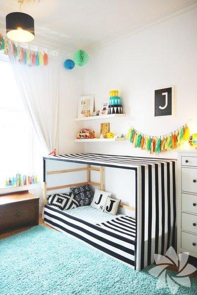 """Montessori çocuk odalarının temeli çocuğun kendi kendine yetebilmesi açısından ona """"erişilebilir"""" bir yatak odası hazırlamaya dayanır."""