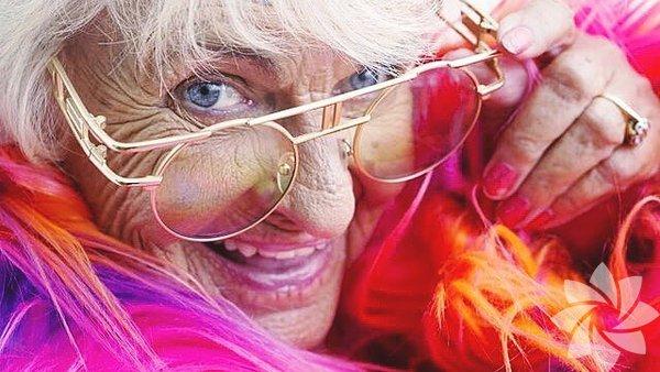 İnternet alemi kendi ünlülerini yaratmaya devam ediyor. Sosyal medyada yüzbinlerce takipçisi olan 88 yaşındaki Helen Ruth Elam Van Winkle sıradışı tarzı ile instagram fenomeni haline geldi.