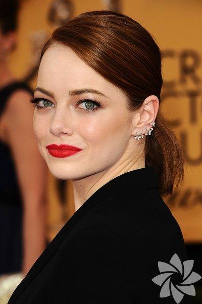 Oscar, Grammy, BAFTA ve Cannes Film Festivali gibi çok önemli gecelerin kırmızı halı törenlerinde bu yıl saç ve makyajlar da en az kıyafetler kadar dikkat çekiciydi. İşte Rihanna'dan Emma Watson'a, Jennifer Lawrence'tan Angelina Jolie'ye kadar 2015'te saçlarını ve makyajlarını en çok beğendiğimiz ünlü isimler...