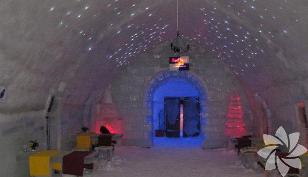 <p><strong>Büyüleyici bir buz otel deneyimi</strong></p> <p><strong>Cirtisoara, Romanya</strong></p> <p></p> <p>Bembeyaz karlarla kaplı romantik bir tatil ve buz otel deneyimini hoş bulan ama o kadar kuzeye çıkmak istemeyenler için Romanya'daki kış merkezi Cirtisoara ideal bir tatil destinasyonu olabilir. Balea Gölü yakınında bulunan Balea Ice Hotel, gölden çıkarılan buz bloklarından yapılmış. Odalarında el oyması buz yataklar bulunuyor, misafirler için de Ren geyiği kürkünden imal edilmiş termal battaniyeler temin ediliyor.</p>