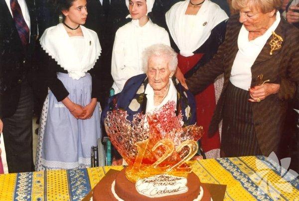 En uzun süre yaşayan insan: Jeanne Louise Calment, 122 sene 164 gün yaşayarak en uzun süre yaşayan insan oldu.
