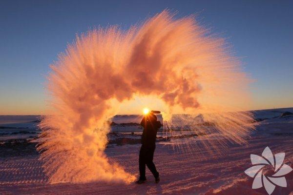 <p>Antarktika'da sıcak suyu havaya püskürttüğünüzde çıkan manzara</p>