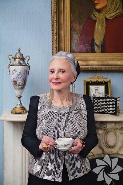 Ari Seth Cohen adlı fotoğrafçı, şık ve yaşlı kadınlarla gerçekleştirdiği özel fotoğraf çekimi ile gerçek güzelliğin zamansız olduğunu anlatmaya çalıştığını söylüyor. Çalıştığı modellerin en genci 59, en yaşlısı 102 yaşında!   Fotoğraftaki Joyce Carpati, 80 yaşında.