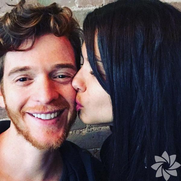 Adriana Lima, sevgilisi Metin Hara'yı öperken çektiği fotoğrafı Instagram'da paylaştı.