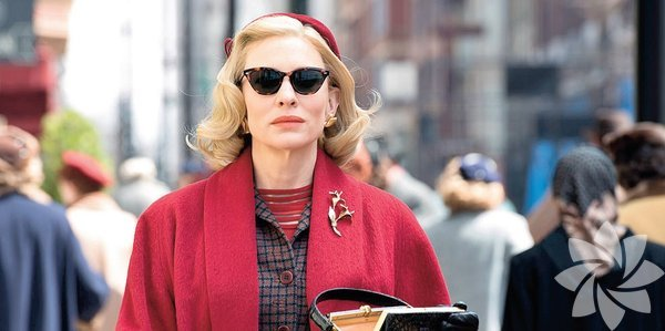Vizyon Bir aşk hikâyesi 'Carol' Todd Haynes'in yönetip Cate Blanchett, Rooney Mara, Kyle Chandler ve Sarah Paulson'un rol aldığı Carol'da, 1950'lerin New York'unda tezgâhtarlık yapan Therese, yürümeyen evliliğinden bunalan Carol ile tanışır. Birbirlerine bağlanan iki kadın için eski hayatlarını geride bırakıp her şeyden uzaklaşmak kolay olmayacaktır...