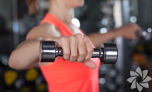 """1. Mutlaka ağırlık kaldırın """"Eğer yalnızca kardio yaparsanızkendinizi bayağı sabote etmişolursunuz"""" diyor Journal of Strengthand Conditioning Research editörü Dr.Jacob Wilson. Çünkü metabolizmamızyavaşladıkça kilo vermek zorlaşıyor.Öte yandan ağırlık çalışmak kaslarıgüçlendirerek metabolizmayı hızlandırıyor.Bu durum Harvard School of PublicHealth'in 10 bin 500 kişi üzerinde yaptığıaraştırmayı da aklıyor."""