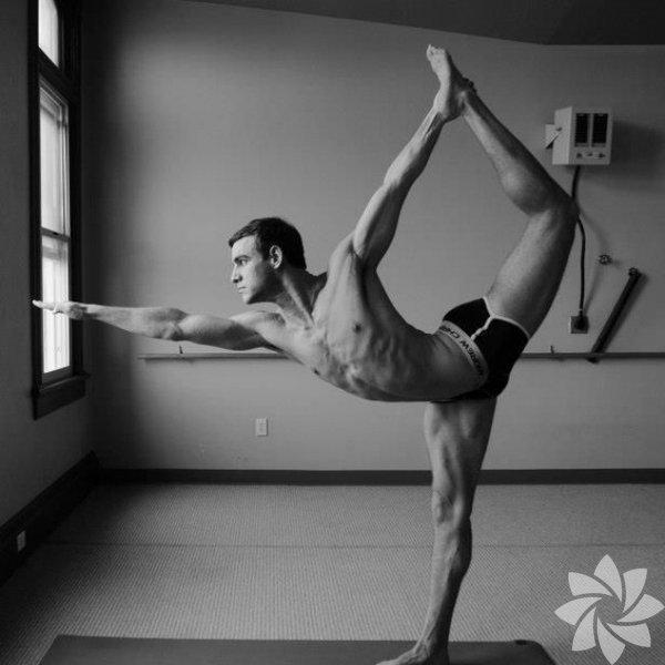 Zarif ve başlangıçta kas gücü gerektirmeyen bir 'egzersiz' gibi göründüğü için olsa gerek, yoga birçok kesimin 'kadın uğraşı' diye nitelendirdiği bir şey. Ancak yoganın aslında ne olduğuna bakarsanız, onun herkes için olduğunu anlamanız çok uzun sürmeyecek!