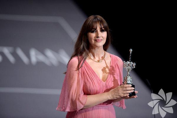 """Monica Bellucci, İspanya'da """"ömür boyu başarı ödülü""""ne layık görüldü. Bellucci'ye """"Donostia"""" adı verilen ödülü, bu yıl 65'incisi düzenlenen San Sebastian Film Festivali'nde takdim edildi."""
