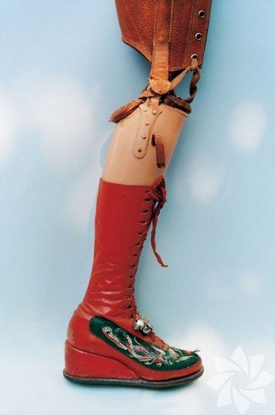 """Meksika'nın güneyindeki Coyoacan'da doğan Frida Kahlo, 6 yaşında geçirdiği çocuk felci sonucu olarak bir bacağı engelli kalmıştır. Bu engeli yüzünden kendisine """"Tahta Bacak Frida"""" denilmişti."""