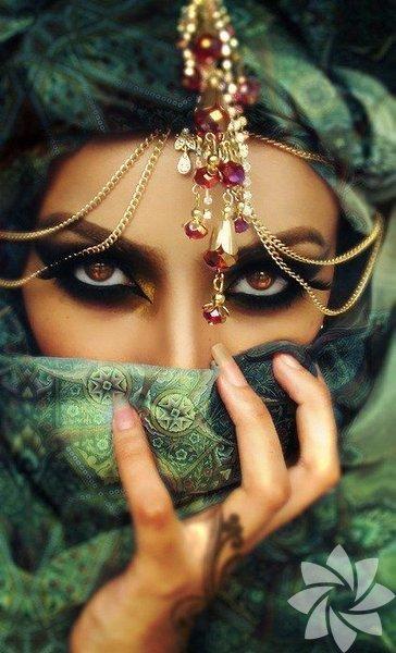 Badem gözleriyle ünlü İranlı kadınların gözlerini güzel göstermek için çok çaba sarf etmesine gerek yok... Gözlerindeki kahverengiyi daha ön plana çıkarmak için koyu renk far ve kalem kullanmak yeterli oluyor. Transparan bir farı göz kapağına uygulayıp ıslak eyeliner kullanmayı tercih ediyorlar. Kaş şekilleri ise genellikle keskin ve muntazam...