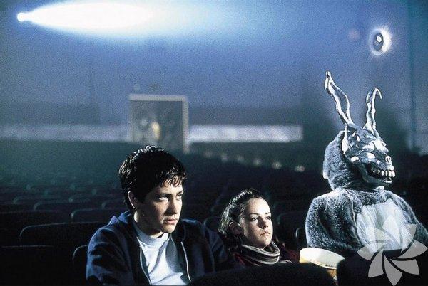 Donnie Darko Gerçek olmayan şeyler gören çevresiyle uyum sorunları yaşayan bir gencin ona ayrılan yoldan gitmeyip tavşan kostümlü bir adamın peşinden gitmesiyle devam eden bir bağımsız gerilim filmi. İzlendiğinde birçok düşüncelere sürekleyecek bir film.