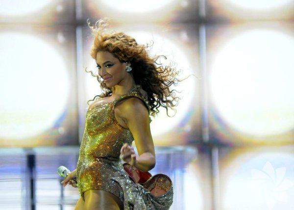 """ABD'li şarkıcı Beyoncé'nin hayranlarından sır gibi sakladığı """"Lemonade"""" isimli yeni albümü HBO kanalında gerçekleşen ilk gösterimiyle yayınlandı."""