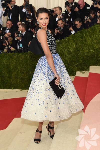 Adriana Lima - Giambattista Valli Haute Couture Takılar: Chopard Çanta: Roger Vivier