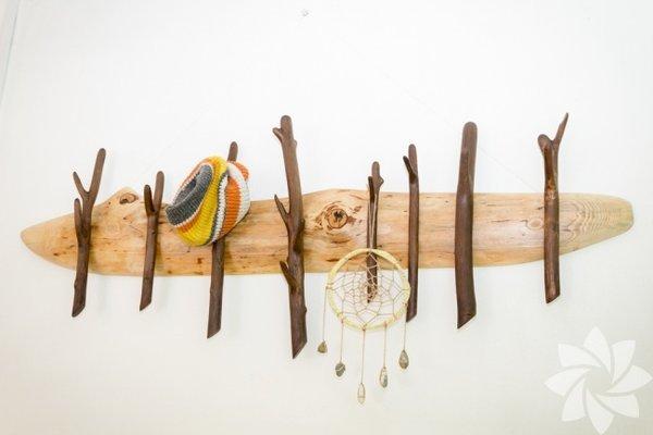 Bir tahta parçası ve küçük dallarla kendi askılığınızı yapabilirsiniz.