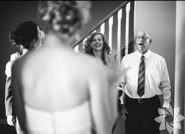 Kızlarını gelinlik içinde gören mutlu aileler