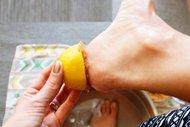 Topuk çatlaklarına limon çözümü!