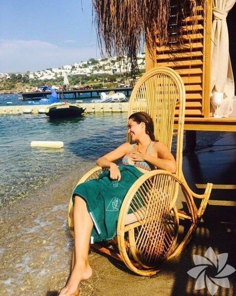 Hilal Altınbilek 21 Ocak 1991 yılında, İzmir'de doğdu.