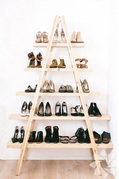 Eski merdiveninizi çok yer kaplıyor diye atmayın. Her basamağına uzundan kısaya doğru tahtalar koyun. Küçük dokunuşlarla ayakkabılık yapmak bu kadar basit.