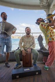 Vapurda müzik, eğlence Dalganabak