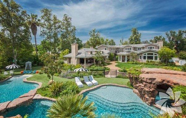 Şu sıralar Brad Pitt ile boşanma eşiğinde olan Angelina Jolie, evini Malibu'ya taşıma kararı aldı.