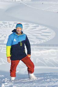 Karda yürüyor, iz bırakıyor!