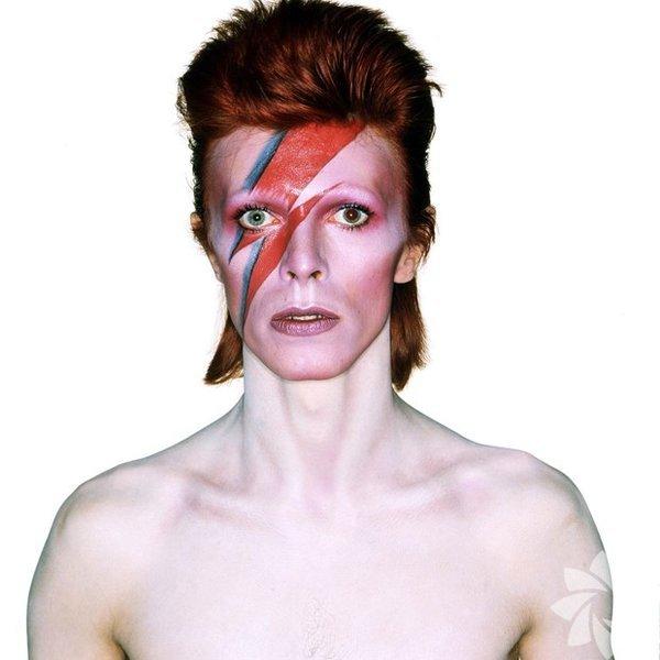 Rock yıldızı David Bowie, 11 Ocak'ta 69 yaşında hayatını kaybetti. Ölümünün ardından MIRA Gözlemevi araştırmacıları, Mars yakınlarında keşfettikleri ve Bowie'nin 1973 tarihli 'Aladdin Sane' albümünün kapak fotoğrafındaki ikonik yıldırım figürünü çağrıştıran takımyıldızına 'Dawid Bowie takımyıldızı' adını verdi.